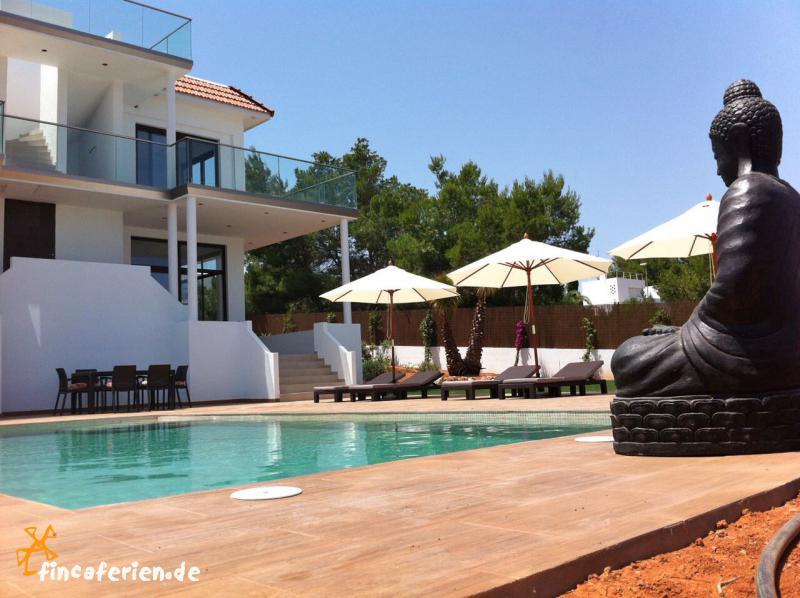 ibiza strandnahe moderne villa mit pool und klimaanlage fincaferien finca. Black Bedroom Furniture Sets. Home Design Ideas
