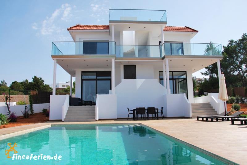 Ibiza strandnahe moderne villa mit pool und klimaanlage