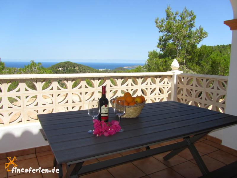 ibiza ferienhaus mit meerblick und pool sant josep fincaferien finca. Black Bedroom Furniture Sets. Home Design Ideas