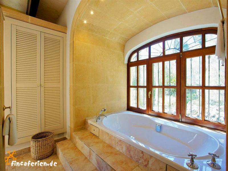 mallorca sch ne gro e finca mit pool klimaanlage wifi internet bei pollenca fincaferien. Black Bedroom Furniture Sets. Home Design Ideas
