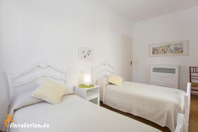mallorca ferienhaus am strand von port de pollenca mit klimaanlage fincaferien. Black Bedroom Furniture Sets. Home Design Ideas