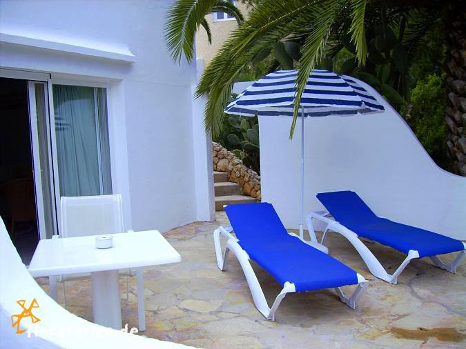 strandnahe studios ibiza mit pool klimaanlage und. Black Bedroom Furniture Sets. Home Design Ideas