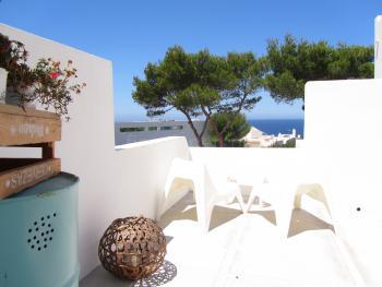 und privater Terrasse mit Meerblick