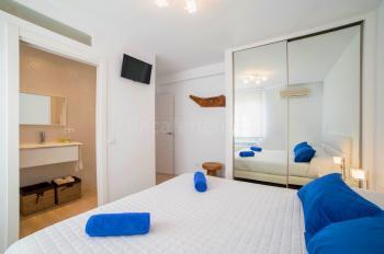 Schlafzimmer mit Sat-TV und Klimaanlage