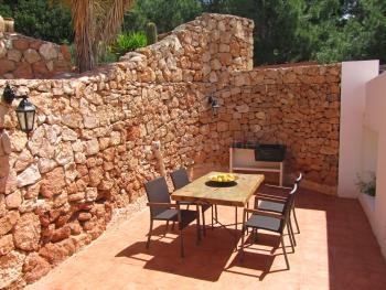 Geschützte Terrasse mit Essplatz und Grill
