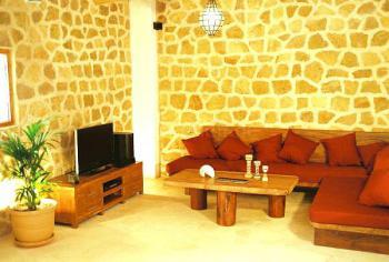 Wohnzimmer mit Sat-TV und Internetanschluss