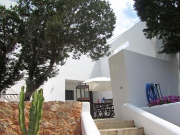 Geschützte Terrasse mit Essplatz