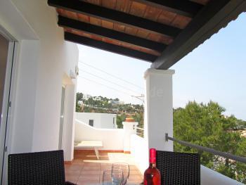 Balkon mit Essplatz und Sonnenliegen