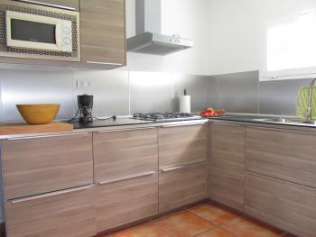Offene Küche mit Geschirrspüler und Mikrowelle