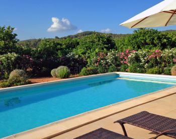 Pool, Sonnenterrasse und Garten