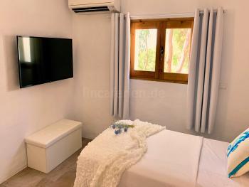 Schlafzimmer mit Klimaanlage und Smart-TV