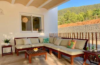 Überdachte Terrasse mit Sitzecke und