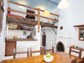 Küche mit Esstisch und Empore
