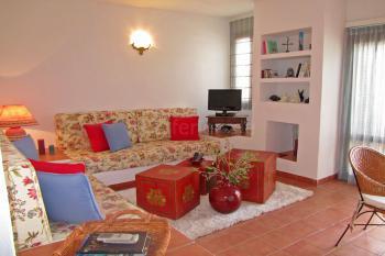 Wohnzimmer mit Klimaanlage und Sat-TV