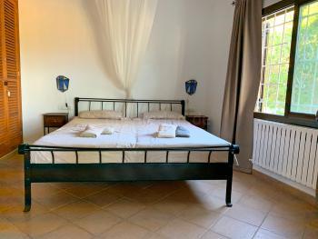 Schlafzimmer mit Doppelbett und Klimaanlage