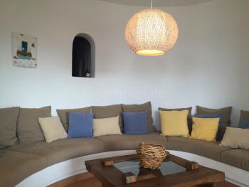 Wohnzimmer mit gemauerter Sitzbank