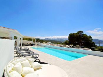 Strandnahe Villa mit Pool und Meerblick