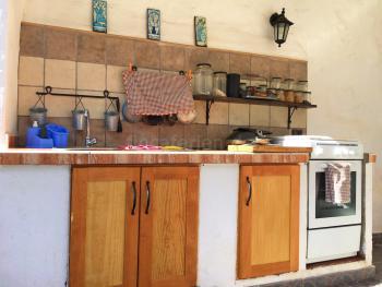 Überdachte Außenküche mit Spüle, Herd,