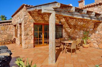 Terrasse mit Essplatz, Sonnenliegen, Grill