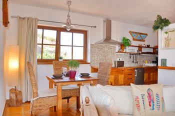 Offener Wohnbereich mit Essplatz und Küche