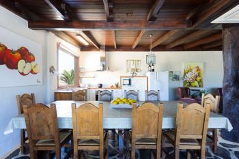 Offener Wohnbereich mit Küche und Essplatz