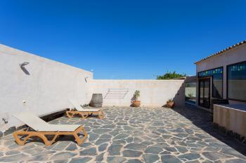 Geschützte Terrasse mit Sonnenliegen