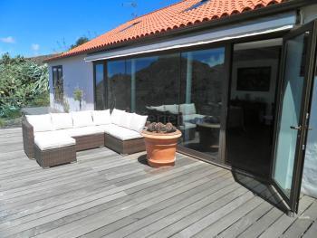 Große Terrasse mit bequemer Sitzgruppe