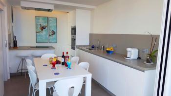 Küche mit Backofen und Mikrowelle