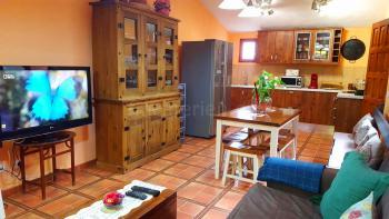 Großer Wohnraum mit offener Küche...