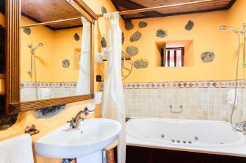 Badezimmer mit Whirlpool-Wanne