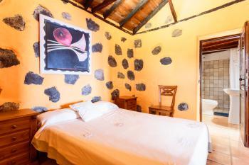 Schlafzimmer mit Duschbad en Suite