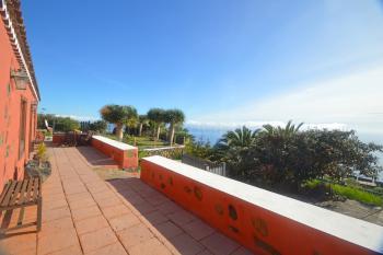 großer Terrasse und tollem Meerblick