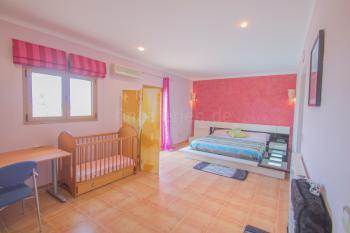 Schlafzimmer und Babybett