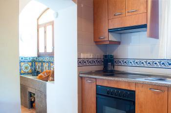 Moderne Küche mit Ceranfeld, Mikrowelle