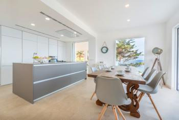 Moderne Küche und schöner Holzesstisch
