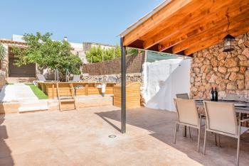 Innenhof mit Pool und Außendusche