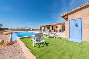 Ferienhaus mit Pool und Außendusche