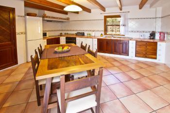 Küche mit Esstisch, Ceranfeld, Mikrowelle