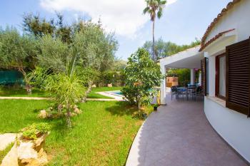 Pool, Garten und überdachte Terrasse