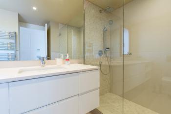 Modernes Duschbad en Suite