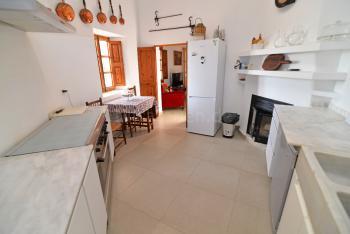 Küche mit Gasherd und Geschirrspüler