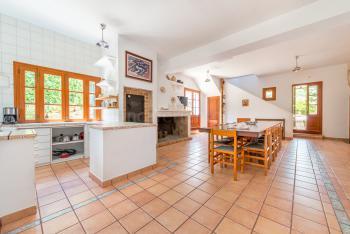 Großzügiger Essbereich mit offener Küche
