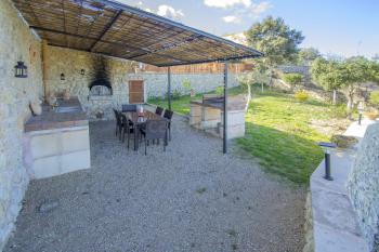 Schattige Terrasse und gemauerter Grill
