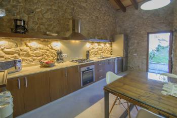 Moderne Küche mit großem Essplatz