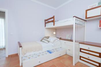 Schlafzimmer mit Etagenbett und Klimaanlage