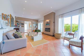 Stilvolles Wohnzimmer mit Kaminofen