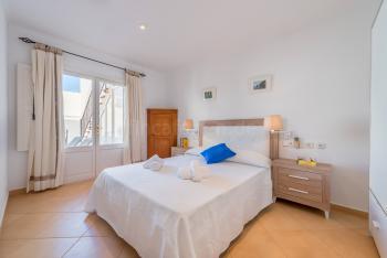 Schlafzimmer mit Zugang zum Innenhof