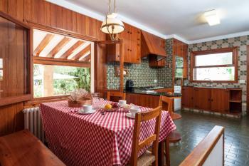 Große Küche mit Geschirrspüler und Essecke