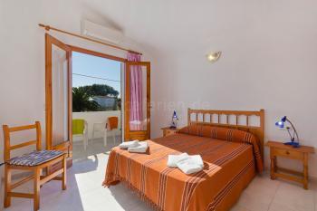 Schlafzimmer mit Klimaanlage und Balkon