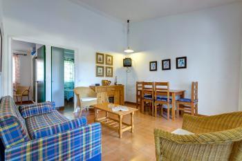 Wohnzimmer mit Essplatz und Sofa